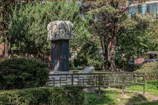 강감찬 장군이 나고 자란 낙성대 터를 알리는 유허비. 1000년 묵은 향나무는 고사했고, 장군의 집터를 지키던 삼층석탑은 낙성대공원 안 안국사 뜰로 옮겨졌다.