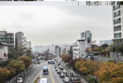 옛 미아리고개 정상인 미아리 하늘다리에서 바라본 서울로 들어가는 길. 하늘다리 아래에는 미아리고개 예술극장과 1950년대의 명곡 '단장의 미아리고개' 노래비가 서 있다. 성신여대역 방면 도로 오른쪽 아래에는 미아리 점성촌이 성업 중이다.