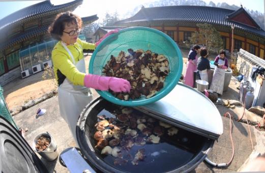 사찰 김장의 양념으로는 표고버섯과 다시마, 무를 가마솥에 넣고 장시간 끓인 채수를 사용한다.
