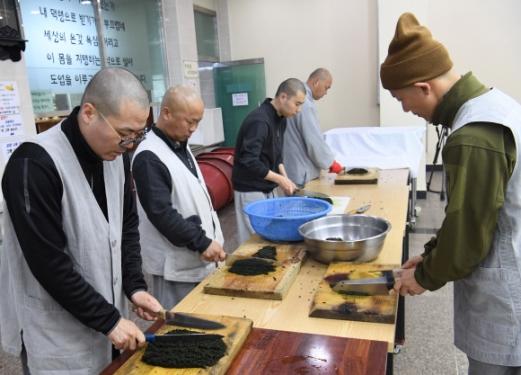 공양간에서 양념소의 재료인 청각을 다지는 스님들.