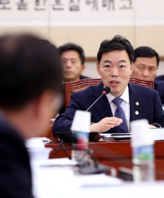 김오수(오른쪽) 법무부 장관 직무대행 연합뉴스