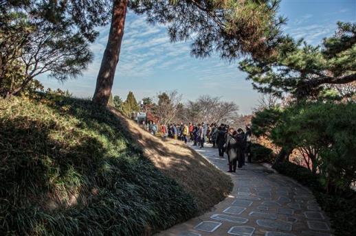 김대중 전 대통령과 이희호 여사의 합장묘에서 참배객들이 묵념하고 있다.