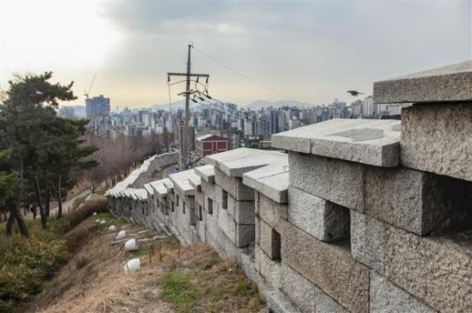 서울을 사대문 안과 밖으로 구분 짓던 한양도성 인왕산 구간의 성벽. 어린 박완서는 성문 밖 현저동에서 살면서 학교는 성안 사직동 매동보통학교(매동초등학교)를 다녔다.