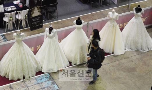 [서울포토] '박람회에 웨딩드레스 보러왔어요~'