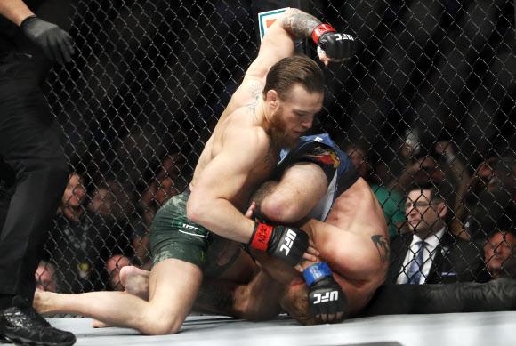 40초 만에 맥그리거 헤드킥 한 방으로 세로니에 TKO