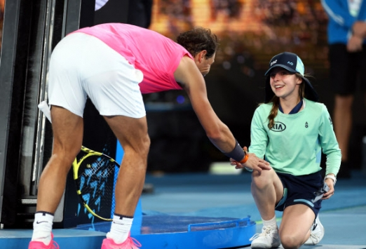 Tennis - Australian Open - Second Round ▲ 라파엘 나달이 지난 23일 호주오픈 남자단식 2회전을 승리로 마친 뒤 경기 도중 자신의 공에 얼굴을 맞은 볼걸에게 다가가 헤드밴드를 위로이 표시로 선물하고 있다. [로이터 연합뉴스]