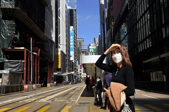 """홍콩 """"시위 여파에 코로나 시름 주민들에 156만원씩 지급"""""""