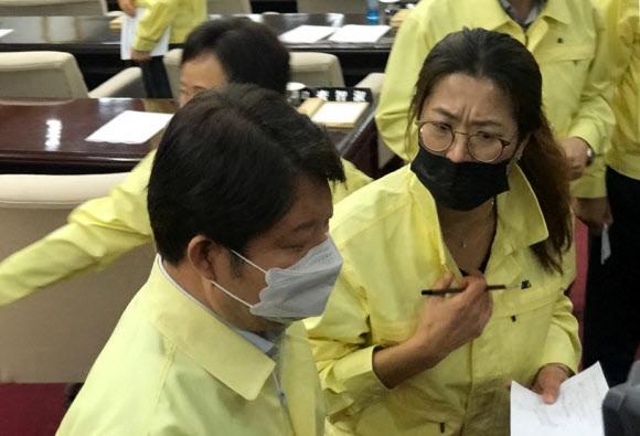 긴급생계지원 관련 항의받는 권영진 대구시장