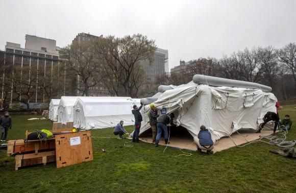 뉴욕 센트럴파크에 설치되는 코로나19 야전병원