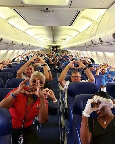 뉴욕행 비행기 안 애틀랜타 의료진의 '손 하트'