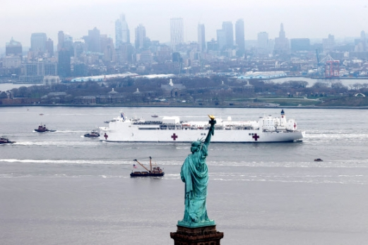 뉴욕항 도착한 해군 병원선 컴포트호