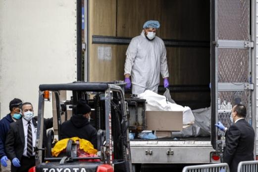'임시영안실' 냉동트럭에 실리는 뉴욕 코로나19 사망자