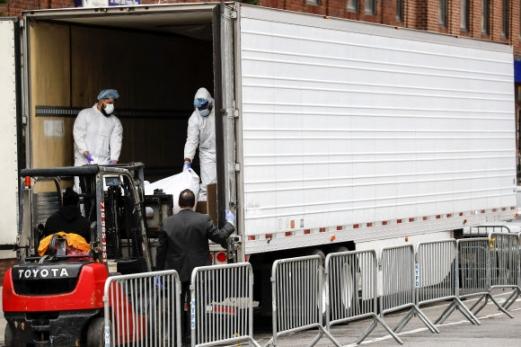 냉동트럭에 실리는 뉴욕 코로나19 사망자 시신