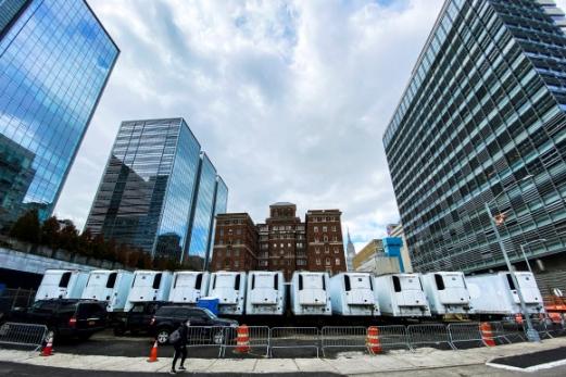 맨해튼에 늘어선 코로나19 '임시 영안실' 냉동트럭