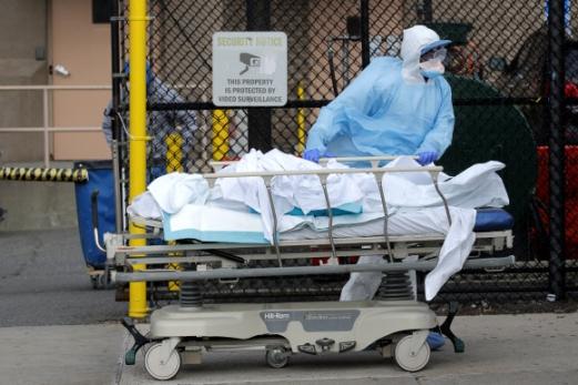 병원 밖으로 옮겨지는 뉴욕의 코로나19 사망자 시신