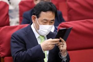 [포토] 주호영 원내대표 '휴대폰 뚫어져라…'