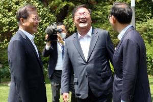 [서울포토] '박장대소' 문 대통령과 양당 원내대표
