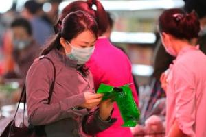 [포토] 마스크 쓰고 백화점 쇼핑하는 북한 여성들