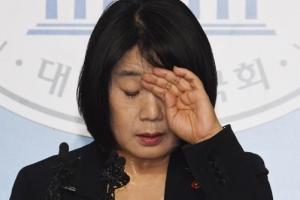 """[서울포토] """"국민께 사죄"""" 해명하는 윤미향 당선인"""