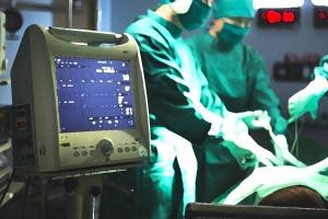 의료기기업체 직원에 대리 수술시킨 의사, 집유 확정