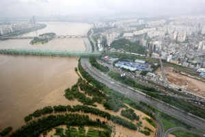 """올림픽대로 통제 구간 늘어... """"한강 수위 계속 높아져"""""""