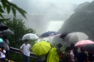 소양강댐 방류 모습 바라보는 시민들과 취재진들