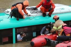 """파주 버스 침수 """"운행 중 갑자기 물 불어나""""…5명 구조·1명 부상…"""