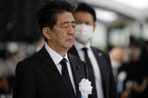 히로시마 원폭 행사장에서 묵념 올리는 아베 일본 총리