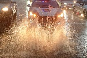 부산 강수량 시간당 66mm 장대비…'맨홀로 솟구치는 하수'