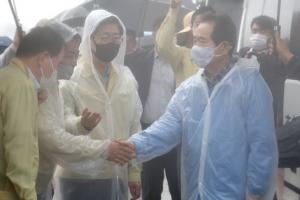 계속되는 폭우 속 피해 지역 찾은 정세균 총리