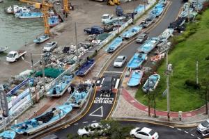 태풍 '장미' 북상… 도로 위로 대피한 어선들