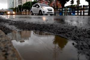 폭우에 도로도 움푹 '포트홀'