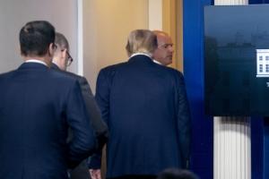 백악관 밖 총격에 트럼프, 브리핑 3분 만에 호위 받으며 퇴장
