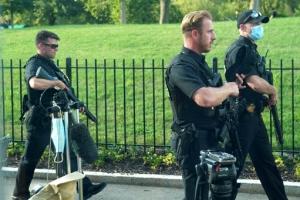 백악관 밖 총격… 순찰하는 비밀경호국 요원들