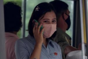 마스크 쓰고 통화하는 북한 여성
