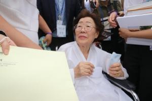 통합당 의원이 이용수 할머니에 건넨 봉투 속엔…