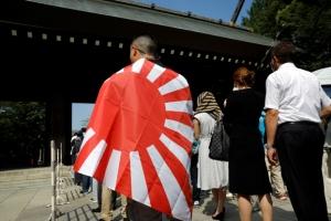 욱일기 나부낀 야스쿠니…'독도는 일본땅' 셔츠 입고 참배