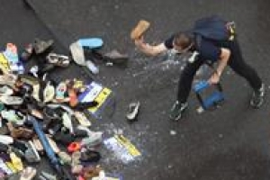 '대통령 이름'에 신발 던지며 분풀이하는 보수단체회원