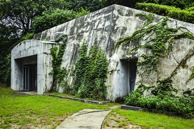 폭격을 피하기 위해 외벽의 두께가 3m에 이르는 경희궁 방공호의 외부.
