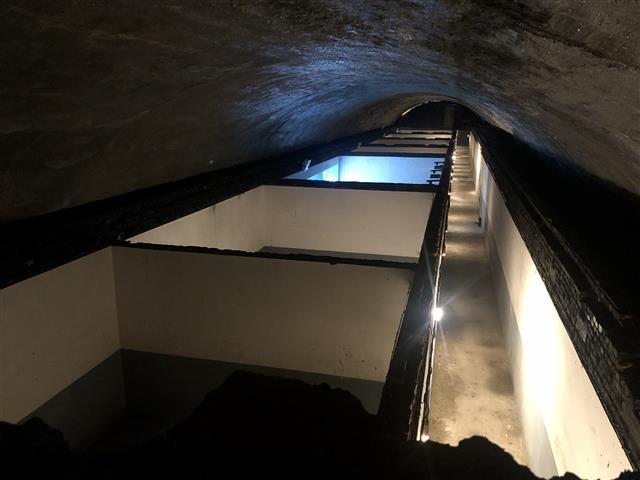 폭격을 피하기 위해 외벽의 두께가 3m에 이르는 경희궁 방공호의 내부.