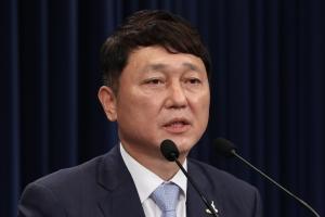 코로나19 확산 속 조기축구 모임 참석한 최재성 靑정무수석 논란