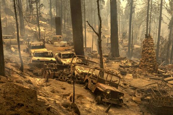 불타고 미국 캘리포니아주 시에라 국유림에서 시작된 대형 산불 '크릭 파이어'로 8일(현지시간) 메도 호수 지역 삼림과 차량들이 전소됐다. 캘리포니아 AFP 연합뉴스
