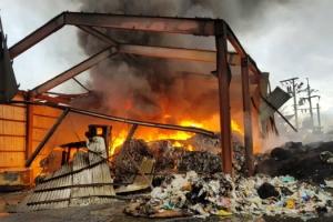 검은 연기 치솟는 평택 폐기물 재활용시설