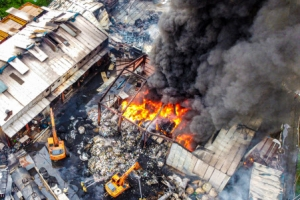 치솟는 검은 연기…평택 폐기물 재활용시설 화재