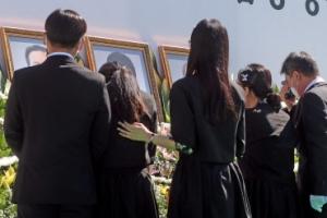 '어찌 보내나…' 오열하는 유가족들… 춘천 의암호 사고 영결식