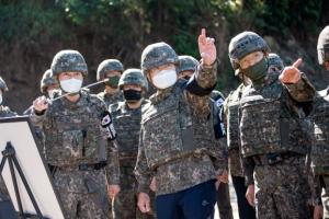 철원 유해발굴 현장 둘러보는 서욱 새 국방장관