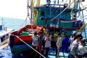 """""""냉동고에 시신 5구"""" 과적 선박 단속에 걸린 인도네시아 어선"""