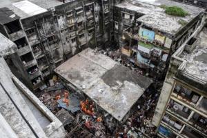 폭삭 무너진 인도 주택… 최소 30여명 사상