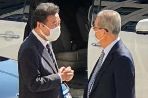 '우연한 만남' 대화하는 이낙연-김종인