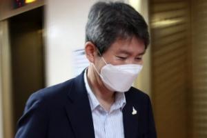 고개 숙인 이인영 통일부 장관